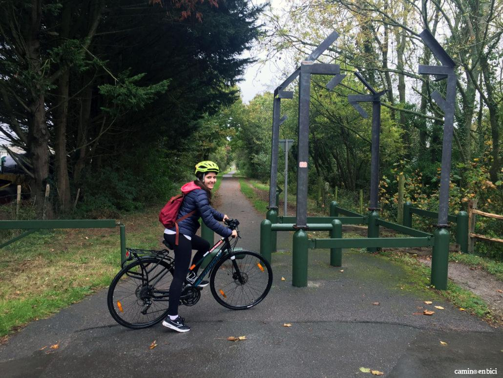 Especialista de Camino en Bici en una de las Vías Verdes