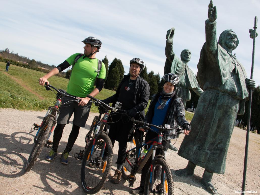 Camino de Santiago desde León- No olvides tomarte una foto con la Estatua de los Peregrinos