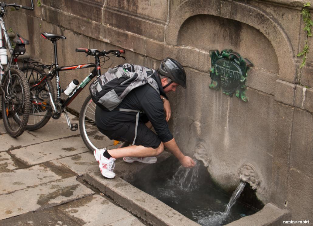 Consejos para hacer el Camino de Santiago en bici- En el Camino encontrarás numerosas fuentes en las que poder refrescarte
