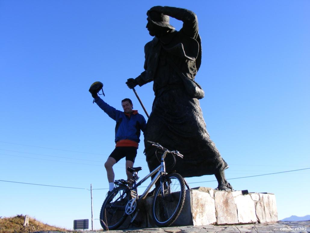 Camino en bici en nuestra bici o en la tuya: peregrino en su bici propia en el Alto de San Roque