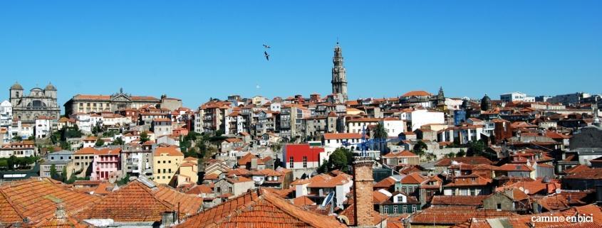 Oporto, ciudad de moda, vista de la ciudad con la Torre dos Clérigos
